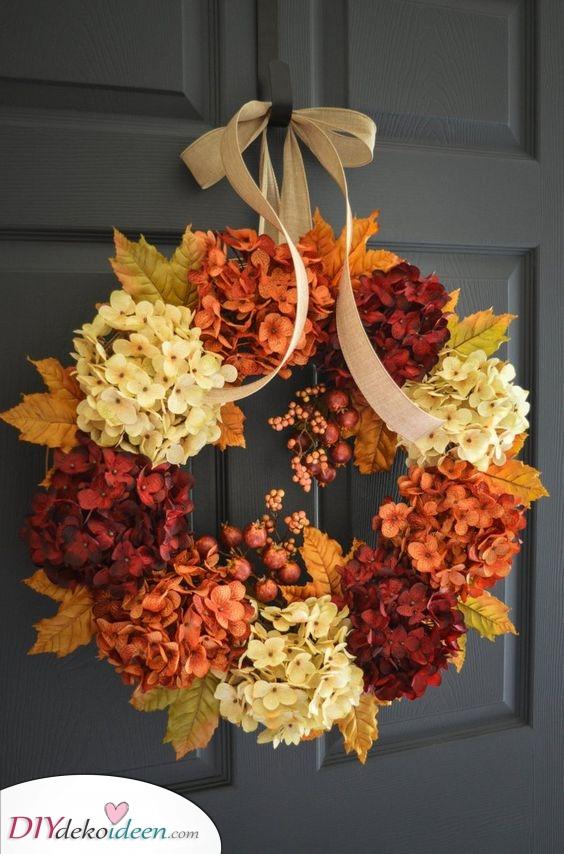 Eine Vielzahl von Blumen – Schöne Herbst Tür Deko