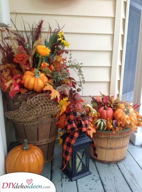 Kleine Fässer des Herbstes – Rustikale Herbstdekoration für draußen