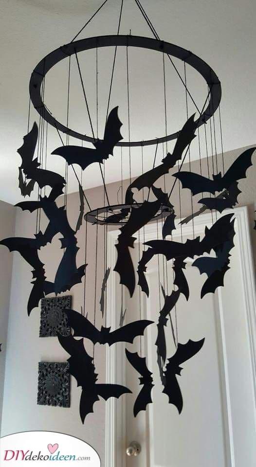 Eine Reihe von fliegenden Fledermäusen – Gruselige Ideen