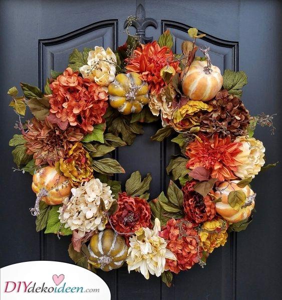 Kürbisse und Blumen – Der Herbst ist da