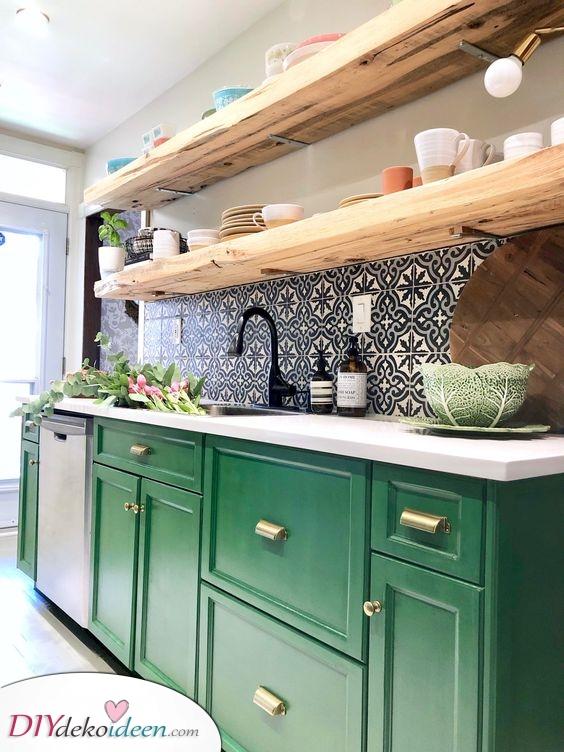 Grüne Schränke und schwimmende Regale – Küchenschrank Ideen