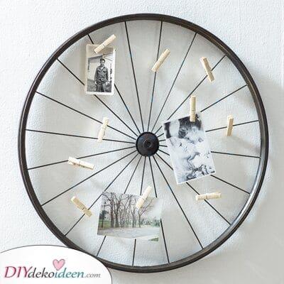 Ein Foto Halter als Wanddekoration Ideen – Versuchen Sie es mit einem Metallrad