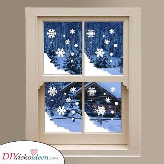 Schneiden Sie einige Schneeflocken aus – Fenster Deko zu Weihnachten