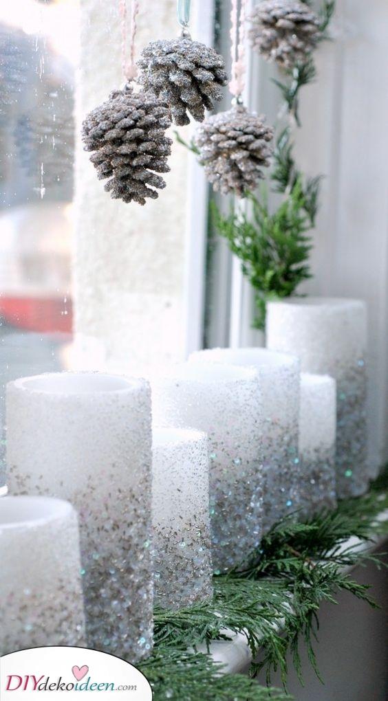 Eine Reihe von Kerzen – Funkelnde Tannenzapfen