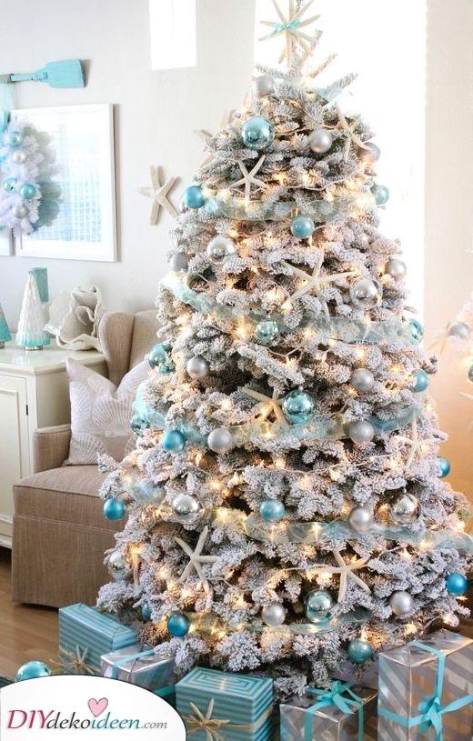 Weihnachtsbaum Dekoration – Eine Kombination aus Blau und Weiß